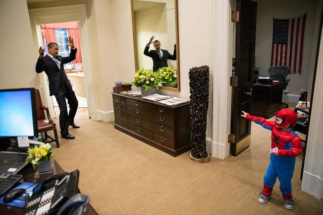 美國總統歐巴馬在白宮辦公室內被蜘蛛人襲擊...