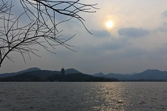 The Hangzhou West Lake, China (UNESCO world heritage site) (Maria_Globetrotter) Tags: china travel winter sunset sun mountain mountains tourism water berg canon pagoda december day cloudy hangzhou  kina efs cina chine 2012 kiina  chiny  in  650d 1585  bi  s    d mariaglobetrotter  ynggng