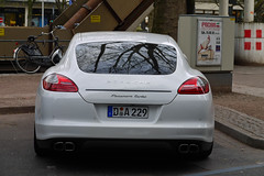 Porsche Panamera Turbo (MauriceVanGestel Photography) Tags: auto family white black cars blanco car germany de deutschland d centre negro familie north voiture stadtmitte turbo german coche porsche alemania autos rims dsseldorf rhine zentrum zwart wit supercar coches ddorf germancar sportscar deutsch duitsland supercars allee k knigsallee gezin blackrims duits alemn sportwagen westphalia porscheturbo northrhinewestphalia familycar velgen panamera rhinewestphalia northrhine porschepanamera duitseauto whiteporsche deutscheauto sportwagens panameraturbo vierdeurs porschepanameraturbo whiteporschepanamera knigsalleedsseldorf gezinsauto foordoor kdsseldorf porschedsseldorf zwartevelgen witteporsche vierdeursporsche foordoorporsche whitepanamera wittepanamera stadtmittedsseldorf witteporschepanamera