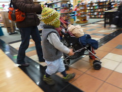 Panning at Barnes and Noble (@tedchang) Tags: motion hat children tile toddler stroller bookstore indoors purse cropped af beanie panning photoart tuque cfl centerpoint stockingcap barnesandnoble sooc bobcap centerpointaf