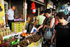 Yaumatei fruit market (Edvard Tam) Tags: hongkong street streetphotography yaumatei fruitmarket women