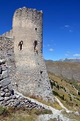 Resti del castello in Rocca Calascio - Abruzzo, provincia dell'Aquila - 1.460 metri s.l.m. (boscam) Tags: italia abruzzo laquila rocca castello medioevo panorama montagna appennino