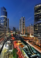 Sathorn Road Blue Hour / Bangkok (I Prahin | www.southeastasia-images.com) Tags: city bridge sunset reflection building tower rooftop glass modern night skyscraper square thailand golden office cityscape arch dusk bangkok steel w pedestrian business aberdeen link cbd bluehour fusion standard skytrain rods ascott brt skyway bts bankofchina chartered kudeta chongnongsi empiretower sathornroad kudetabar rajanakarnbuilding naratiwatintersection banksathorn thanisathorn