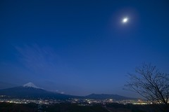 Moon and City Lights (peaceful-jp-scenery) Tags: moon sony sigma  fujisan   mtfuji amount fujinomiya    1530mmf3545exdgaspherical dslra900 900  mtmyojyo myojyoyamapark