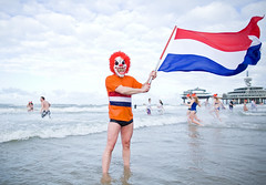 Unox Nieuwjaarsduik Scheveningen 2013 (Haags Uitburo) Tags: pictures new winter sea people cold holland beach water netherlands dutch strand photography 1 pier photo meer wasser foto fotografie scheveningen flag year den dive january picture nederland freezing noordzee zee menschen celebration nieuwjaar massa event fotos years tradition bild haag kurhaus iconic nordsee paysbas nederlands thehague duik laia olanda januari januar haya niederlande mensen zuidholland nieuwjaarsduik vlag nieuws nederlandse masker evenement unox verkleed nordsea lahaye niederlndisch haags 2013 nieuwsfoto uitburo schouwspel uitbureau massaal neujahrsbad