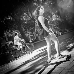 Skate (Solylock) Tags: 2016 toulouse streetphotography photoderue photographie rue street noiretblanc blackwhite bw nb monochrome monochrom portrait candid homme man woman femme sunglasses lunettes soleil nuageux cloudy people gens carré format skate bike vélo bicycle