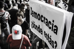19J #Spanish Revolution Democracia (2H Photography) Tags: madrid españa apple canon iso100 spain mac f28 manifestación 15m manifestaciones socialphotography 25s fotodenuncia 19j spanishrevolution fotografíasocial tamronspaf1750mmf28xr canoneos7d adobephotoshopcs5 wwwhectorvilaes 2hphotography cameraraw64