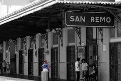 Evasione totale (Loran de Cevinne) Tags: sanremo italie italia pentax gare monochrome noiretblanc blackandwhite personnages personnes gens people voyageurs ligurie