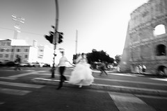 Les maris du Colise (Jean Lemoine) Tags: street wedding maris rue instant blur stolen moment bw nb bn raw dpp canon 7d sigma 1020mm wideangle exterior europe italia roma rome coliseum summer city groom bride couple instantfave