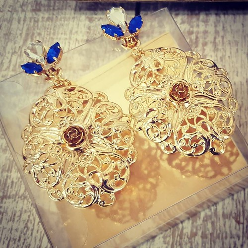 Gold & blu #Younique #accessori #personalizzati #madeinitaly #handmade #collane #bracciali #spille #orecchini #earrings #swarovsky #pelle #personalizza #pic #instagood #instagramers #TagsForLikes #showroom #aversa #personalize #fashionjewellery