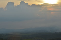 Fumaa, chuva, sol (Mrcia Valle) Tags: sunset brazil sky sun mountains minasgerais sol brasil clouds nikon cu prdosol ciel nuvens vero brasile montanhas brsil entardecer poente juizdefora sarandira mrciavalle