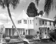 Chalet Suzanne: Lake Wales, Florida (State Library and Archives of Florida) Tags: outdoors florida palmtrees hotels 1960s resorts inns courtyards polkcounty lakewales nationalregisterofhistoricplaces historichotels charlesbarron historicrestaurants statelibraryandarchivesofflorida historicpreservationmonth departmentofcommercecollection 3800chaletsuzannedrive