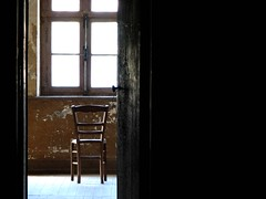 10 ans d'absence (Gerard Hermand) Tags: 0607170719 gerardhermand france pontlvque canon s2is formatpaysage solitude loneliness fentre window chaise chair vide empty lumire light porte door prison jail