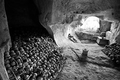 Guerra (Marco Forgione) Tags: gravina puglia grotta scheletri morte bn bw chiesa rupestre church apulia italy beniculturali