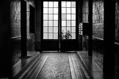 Cache cache (Mathieu HENON) Tags: leica m240 noctilux 50mm france paris noirblanc blackwhite porte hall