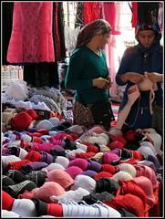Un choix cornlien... (LILI 296....!!!) Tags: femme humor humour turquie march vtement soutiengorge canonpowershotg12