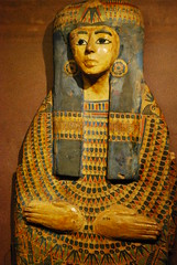 Hands on the usekh collar (konde) Tags: ancientegypt vapriikki 21stdynasty mummyboard 22nddynasty thirdintermediateperiod muumiotmatkakuolemanvaltakuntaan