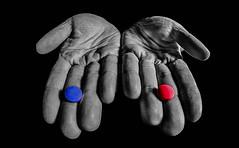 Entscheide dich! 4/52 (Skley) Tags: rot photo foto fotografie creative picture commons fisheye cc blau bild 452 8mm medizin kreativ colorkey pille pillen woche4 2013 kw4 selektivefarben skley 52wochen|2013 wochenstart211