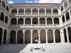 Patio del Palacio de Santa Cruz. (lumog37) Tags: architecture arquitectura gothic courtyard palaces palacios patios gtico tesorosdevalladolid