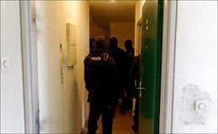 Interpellation (stef974run) Tags: cdi policier menottes bommert perquisition interpellation g36 policenationale gipn interpell fipn