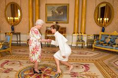 بعد ساعات من نتائج الاستفتاء.. ملكة بريطانيا تستقبل رئيسة أكاديمية الرقص في قصرها