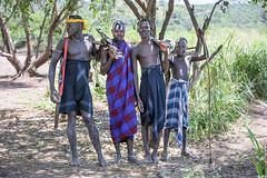 Hombres de la tribu Mursi con sus fusiles Kalashnikov en el Parque Nacional de Mago (Sur de Etiopa), 2010. (Luis Miguel Surez del Ro) Tags: mago parquenacional mursi tribu kalashnikov etiopa