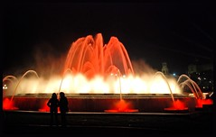 FUENTE EN MONTJUIC - BARCELONA (CATALUA-SPAIN) (ABUELA PINOCHO ) Tags: barcelona espaa luz spain gente candid fuente colores dos siluetas catalua montjuic sonido espectaculo robado superlativas