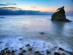 Evening Wash (Peter Knott) Tags: ocean blue sunset newzealand seascape water silhouette rock thames night island evening coast waves shoreline olympus shore nz serene e3 zuiko gitzo coromandel zd 1260mm gt2542l pwpartlycloudy