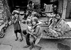 (Sbastien Pineau) Tags: poverty family famille ladies bw india analog children noiretblanc scan scanned varanasi enfants analogue slum township femmes shantytown argentique inde pineau benares pauvret uttarpradesh pellicule chabola bidonville  bnars  banras sbastienpineau
