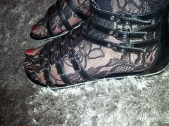 2013-01-01 12.35.15 (sandalettes) Tags: exhibition chienne pied bas chaussures humiliation vernis sandales ftichisme sandalettes