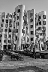 untitled-3.jpg (KphotoB) Tags: architektur gehrygebude frankogehry sw formen sonnenuntergang spiegelung schwarzweis abend licht gebude street gehry blackandwhite bw blackwhite kphotob kphotographyb streetphotography streets