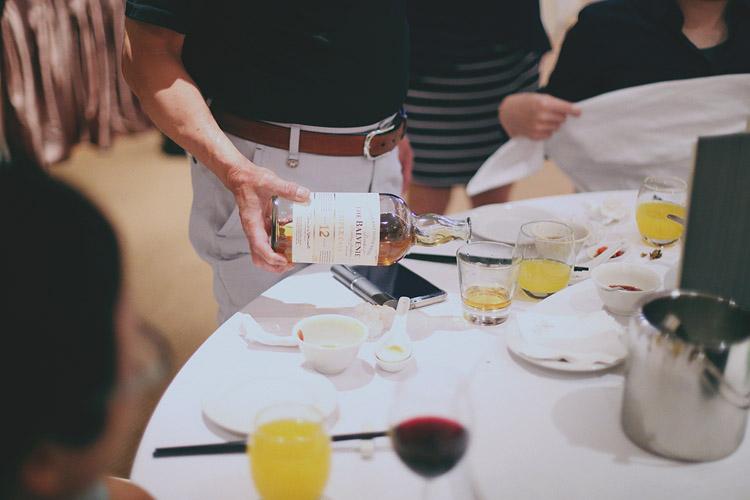 婚禮攝影-倒酒