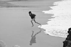 faire le grand saut (Gwendoul) Tags: ocean mer game beach vacances jump brittany holidays child wave bretagne playa arena salto sands juego vague enfant nino plage vacaciones saut ola mousse jeu orilla quiberon sables bretana