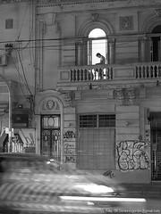 Lectura en el balcón (Uri Gordon) Tags: street city bw man argentina night reading noche calle movement buenosaires loneliness traffic balcony תנועה לילה ciudad movimiento bn soledad transito balcon balcón hombre lectura רחוב מרפסת גבר קריאה תחבורה