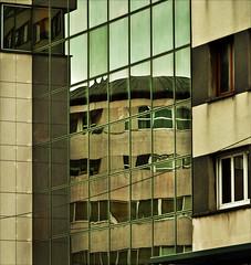 SPECCHIO RIFLESSO...............OVVEROSIA L'INTERPRETAZIONE! (◕‿◕colpo d'occhio◕‿◕) Tags: effect riflessi francia lemans specchio riflesso immagine apparenza bretagna contenitore proiezione contenuto reflexz esteriorita