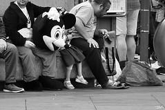 El descans de Mickey (Pau Pumarola) Tags: candid natural streetphotography blancinegre blancoynegro noiretblanc blackandwhite schwarzundweis fotografiacallejera photographiederue strasenfotografie fotografiadecarrer mickey descans descanso repos rest ruhend