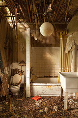 Hanging by a Thread (waterfallout) Tags: bathroom decay decayed decaying forgotten abandoned house farmhouse abandonedhouse abandonedfarmhouse bando bandos derelict decrepit naturetakingover naturetakingback haunted haunting