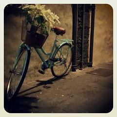 En las noches donde el corazón pide latir a tu ritmo la adrenalina viene en bicicleta