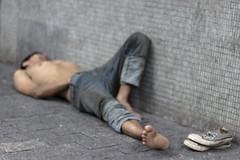 sem titulo - 3379 (Felipe Larozza) Tags: poverty brasil shoes saopaulo sleep sopaulo sony tenis allstar dormindo pobreza moradorderua desigualdade motionandemotion