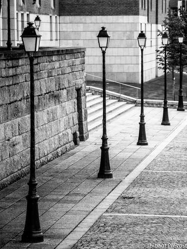 Lampadaires à côté de la cathédrale