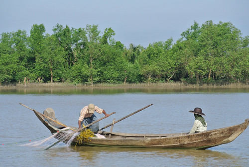 Open fishing in Ayeyerwadi river, Nga Putaw, Myanmar. Photo by Ranjitha Puskur, 2012.