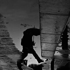 Paris, reflet (flallier) Tags: paris reflet reflexion reflection pluie parapluie flaquedeau nikonfm hp5 d76 film analog puddle flaque