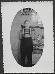 Archiv G967 Heimatgefühl, 1950er (Hans-Michael Tappen) Tags: archivhansmichaeltappen hosenträger kleidung outfit porträt portrait braces wandteppich junge boy fotorahmen ovalphoto 1950er 1950s