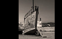 ..... (Francesc Candel) Tags: bn blackwhite sepia boat remolcador barco puerto port boy nio lectura reading pensamiento reflexin imaginacin meditation imagination think