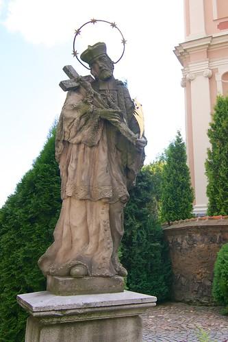 Figura św. Jana Nepomucena przy kościele śś. Mikołaja i Franciszka Ksawerego w Otmuchowie