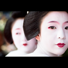 (Masahiro Makino) Tags: festival japan photoshop canon eos kyoto kiss maiko adobe   tamron 90mm f28 lightroom x3 miyagawacho gionmatsuri  hanagasajunko    satono  hanagasaflowerhatprocession 20100724095409canoneoskissx3ls640p