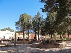 """Purmamarca: la Plaza Centrale entourée du marché artisanal pour touristes <a style=""""margin-left:10px; font-size:0.8em;"""" href=""""http://www.flickr.com/photos/127723101@N04/29041271162/"""" target=""""_blank"""">@flickr</a>"""
