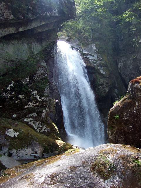 巨大な岩を登り切ると、一気に不動滝との距離が縮まります。|尾白川渓谷