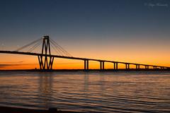El encuentro de la hora dorada y la azul (ferhugo) Tags: agua puesta de sol paisaje serenidad costa