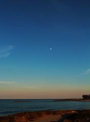 """""""Qui non viene mai nessuno a farci compagnia"""" (azzurrabegeja) Tags: pilone brindisi puglia luna maredinverno"""